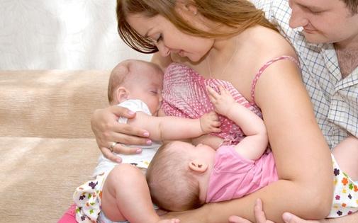 İkiz ve Üçüz Bebeklerin Emzirilmesi
